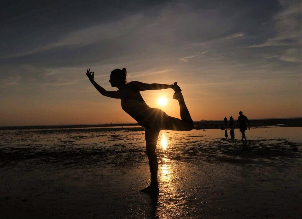 omgaan-met-sociaal-media_Yoga met Joska, Yoga op het strand, Thailand Lord of the dance pose
