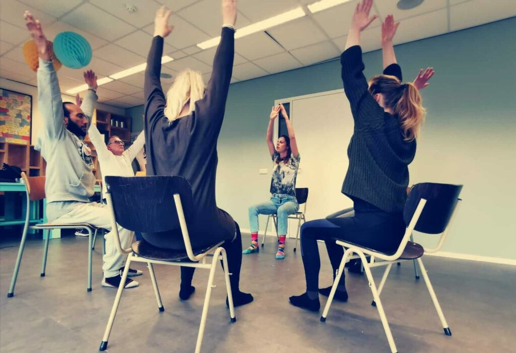 Stoelyoga-leeuwarden_bedrijfsyoga-met-joska_bedrijfsyoga-leeuwarden_Yoga-op-het-werk-Leeuwarden_yoga