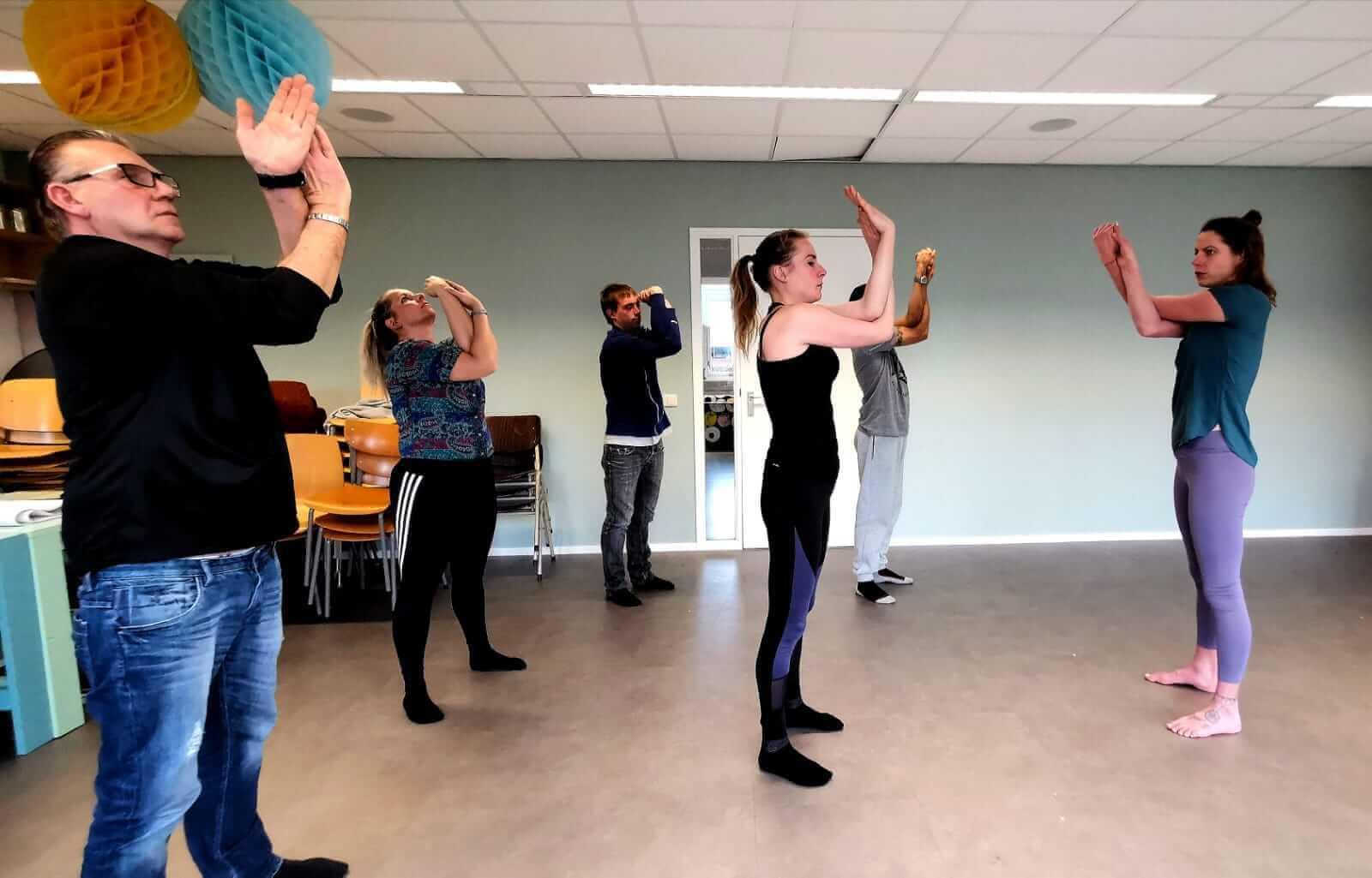 Yoga-op-het-werk-Leeuwarden_desk-yoga_bedrijfsyoga-leeuwarden_yoga-met-joska_bedrijfsyoga-met-joska