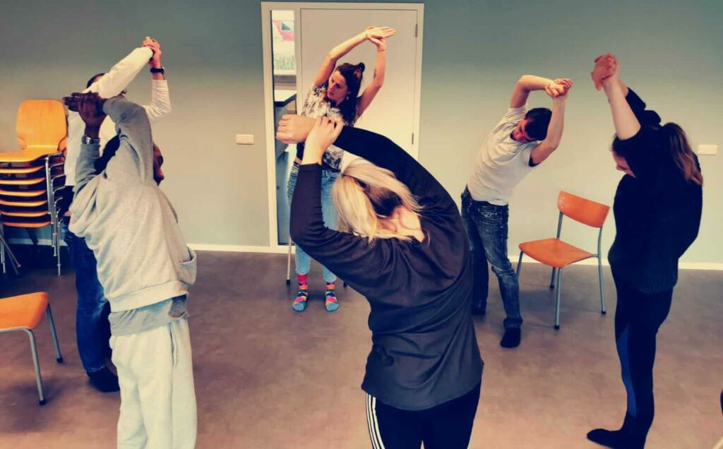 Yoga-op-het-werk-staand-Leeuwarden_desk-yoga_bedrijfsyoga-leeuwarden_yoga-met-joska_bedrijfsyoga-met-joska