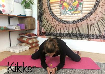 YogaLeeuwarden_kikker-yogahouding_YogaMetJoska_Privé-yoga_1op1yoga