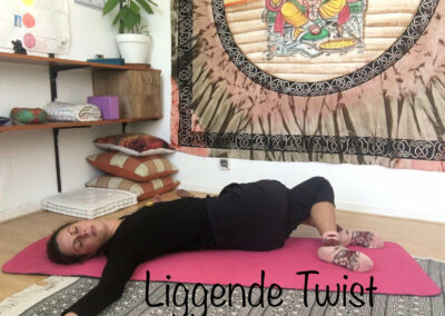 YogaLeeuwarden_liggende-twist-yogahouding_YogaMetJoska_Privé-yoga_1op1yoga