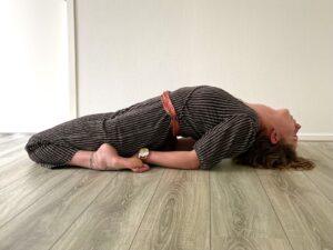 hart-openen_vergeven_stilte-opzoeken-met-yoga-en-meditatie_Yoga-Leeuwarden_Yoga-met-Joska_Vishouding-yogahouding